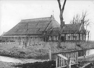 800px-Kop-hals-romp_boerderij,_Noord-Oost_Friesland