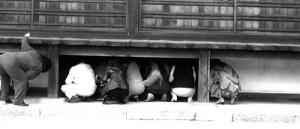 Japanse toeristen checken de vloer
